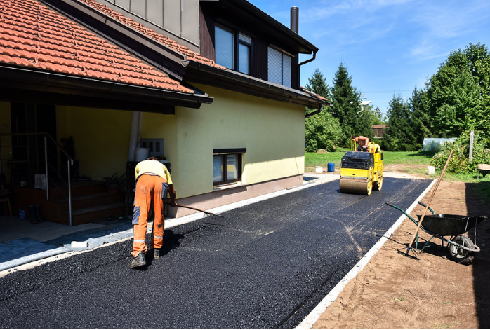 Picture of an asphalt contractor working on an asphalt driveway.